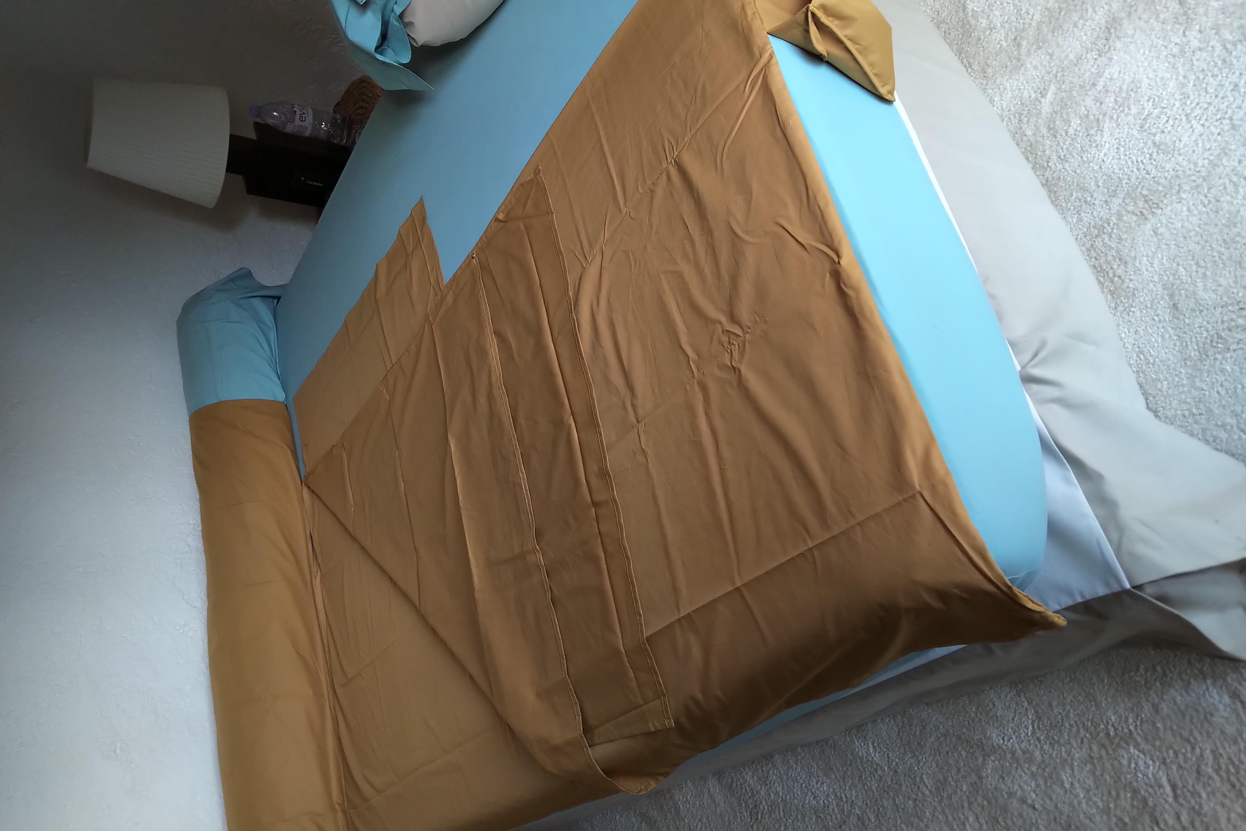 Nightbag XL Camel installé dans lit 2 places avec polochon
